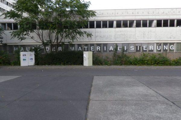 Das Haus der Materialisierung im Gebäudeteil E, vom Parkplatz Berolinastraße aus gesehen.